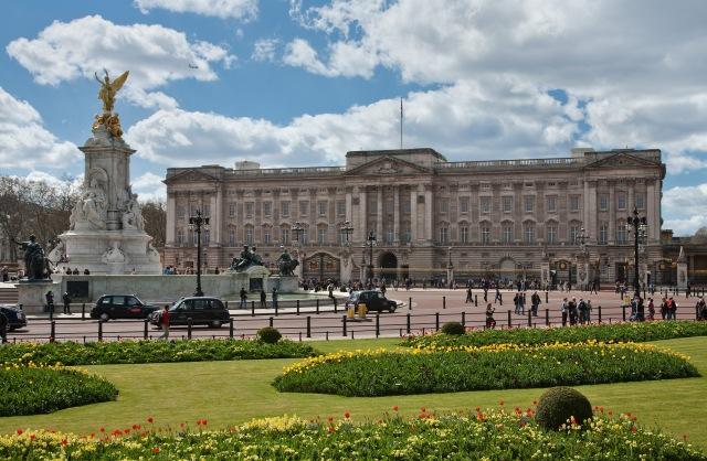 Buckingham_Palace,_London_-_April_2009